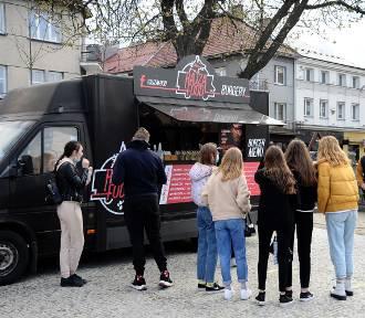 Food trucki na jasielskim rynku. Zobacz, co serwują kuchnie świata [ZDJĘCIA]