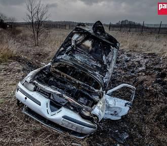 Wałbrzych: Porzucona Alfa Romeo straszy na ulicy Uczniowskiej [ZDJĘCIA]
