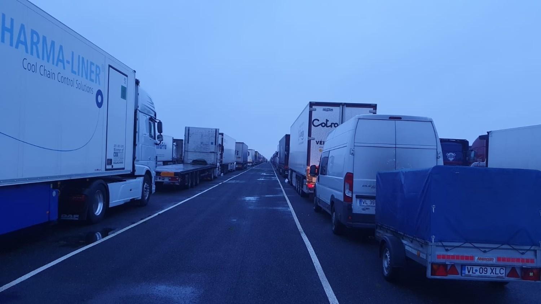 Kierowcy tłoczą się na lotnisku Manstone International Airport w hrabstwie Kent, 30 kilometrów od Dover