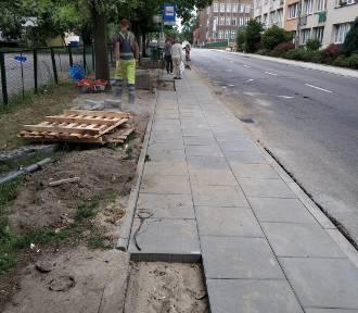 Trwają prace brukarskie na ulicy Cyryla i Metodego. Nowe chodniki są już prawie gotowe