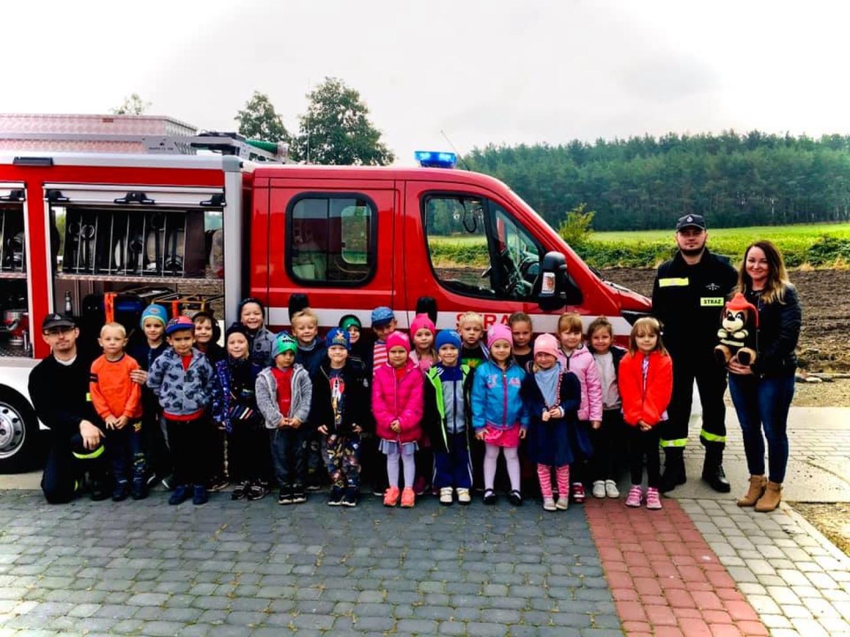 Grupa pięciolatków z przedszkola w Stefanowie poznawała zasady bezpieczeństwa
