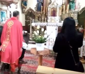 Ksiądz wjechał na osiołku do kościoła. Wierni oburzeni