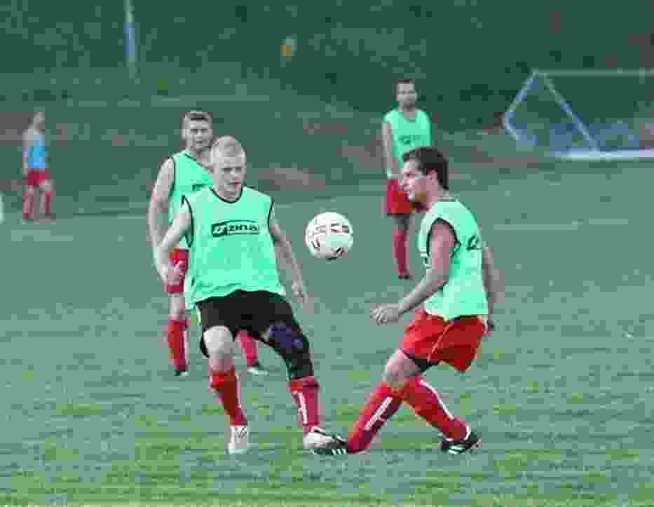 Michał Sokołowski (z lewej) jest jednym z piłkarzy przymierzanych do gry w Pilicy