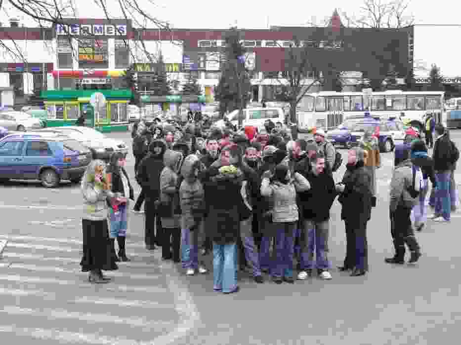 Licealiści ustawiają się na placu wojewódzkim przed urzędem miasta
