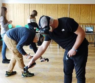 Uczniowie nyskiego ZST ćwiczą w wirtualnej rzeczywistość jak usuwać azbest