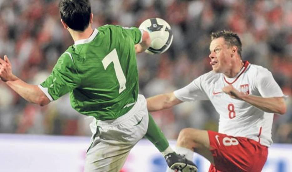 Jacek Krzynówek (z prawej) powinien zagrać w Mariborze na lewej pomocy albo wcale