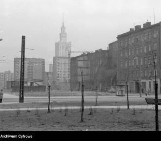"""Dzisiaj warszawski Manhattan, a kiedyś ostańce, ruiny, budowy i pustka. Ponury warszawski """"Dziki"""
