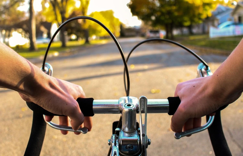 Naruszenie przez kierującego rowerem na przejeździe dla rowerzystów zakazu zwalniania lub zatrzymywania się bez uzasadnionej przyczyny (100 zł) oraz naruszenie przez kierującego rowerem przepisów o korzystaniu z chodnika (50 zł), wjeżdżanie na pas między jezdniami (100 zł), przejazd wzdłuż po przejściu dla pieszych (100 zł), rozmowę przez telefon podczas jazdy (200 zł)