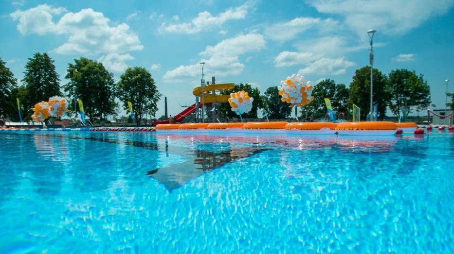 """Kryształowo czysta woda, nowe urządzenia, zjeżdżalnie czekają na mieszkańców Ostrowca Świętokrzyskiego na odkrytych basenach """"Rawszczyzna"""""""