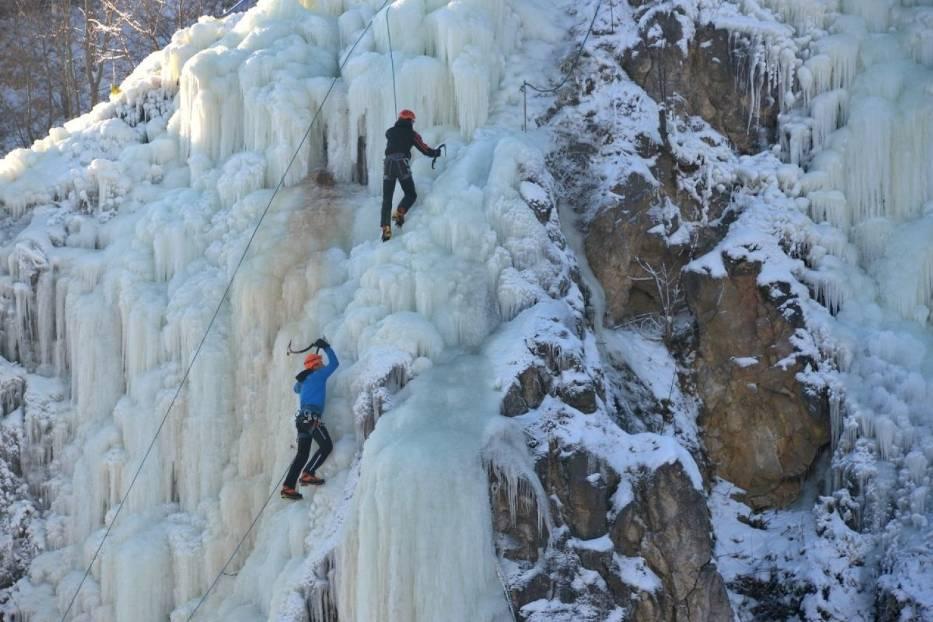 Michał Wilczyńskji (w kółku) ze Świętokrzyski ego Klubu Alpinistycznego wspinał się w środę na lodospad - także wieczorem- wraz z kolegami z pięciu zespołów alpinistycznych, które przyjechały do Kielc z różnych stron Polski: Częstochowy, Krakowa, Warszawy