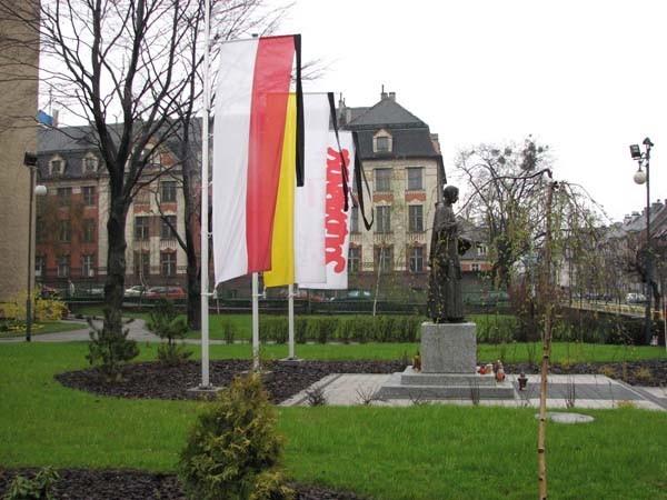 Przed pomnikiem księdza Popiełuszki spuszczono flagi do połowy