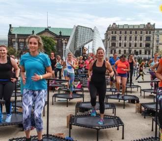 Lubisz podskakiwać? To wyzwanie dla Ciebie - 50 trampolin na placu Wolności!