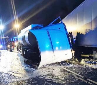 Wypadek w Kończycach. Kierowcy są ciężko ranni po czołowym zderzeniu ciężarówek