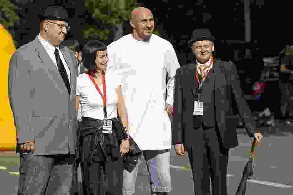 Przemek Saleta, wraz z członkinią swojego teamu i w towarzystwie dżentelmenów z konkurencji