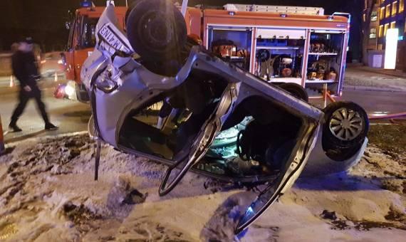 Wypadek w centrum Łodzi. Samochód dachował na Kopcińskiego [ZDJĘCIA]