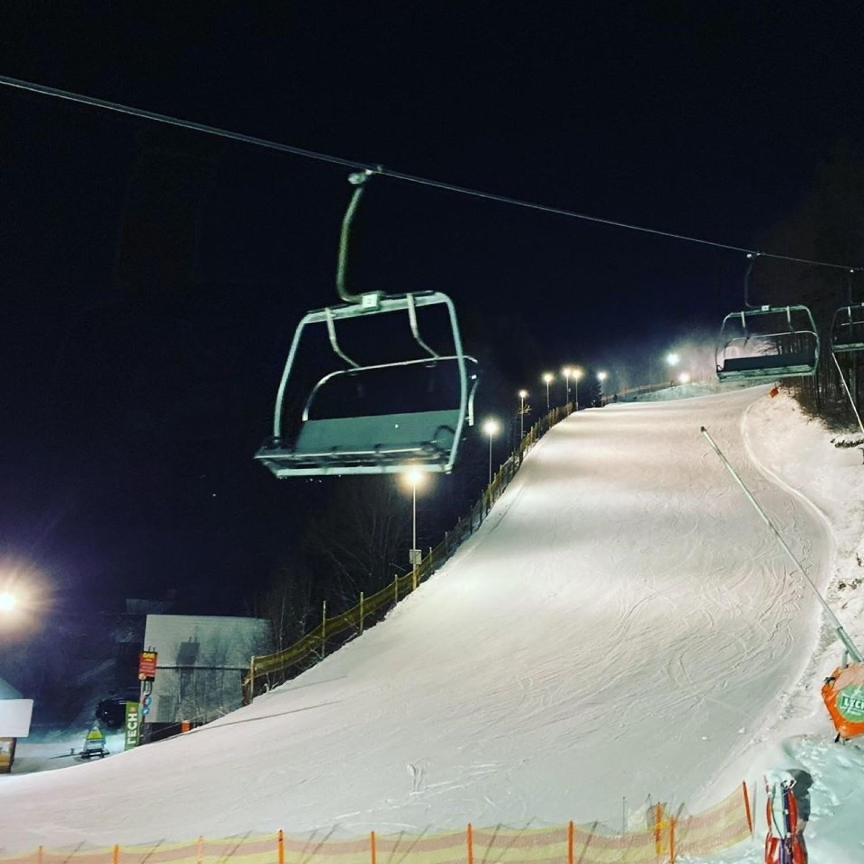 Wieczorna jazda na nartach.