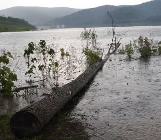 Jezioro w Świnnej Porębie już prawie zalane. Latem będzie można tu popływać