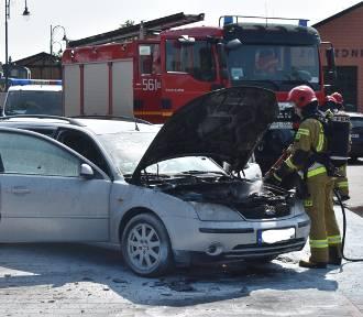 Auto na parkingu stanęło w płomieniach