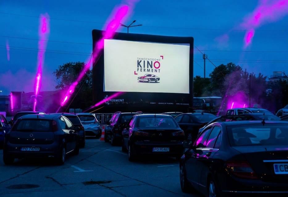 """Pierwszy seans, jaki odbył się w ramach Samochodowego Kina Ferment spotkał się z dużym zainteresowaniem poznaniaków, którzy obejrzeli film """"Sala samobójców"""