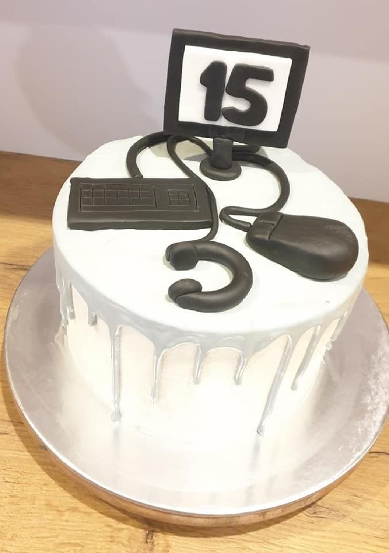 """Pomysłowe torty oglądać możemy na profilu facebookowym sklepu z deserami """"Domowe Ciasta Grudziądz"""""""