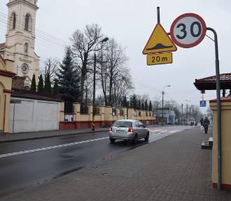 Progi zwalniające i nowe znaki na przejściu dla pieszych przy bazylice [zdjęcia]