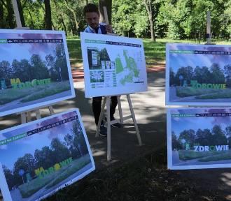 Wielki napis stanie przy wejściu do parku na Zdrowiu