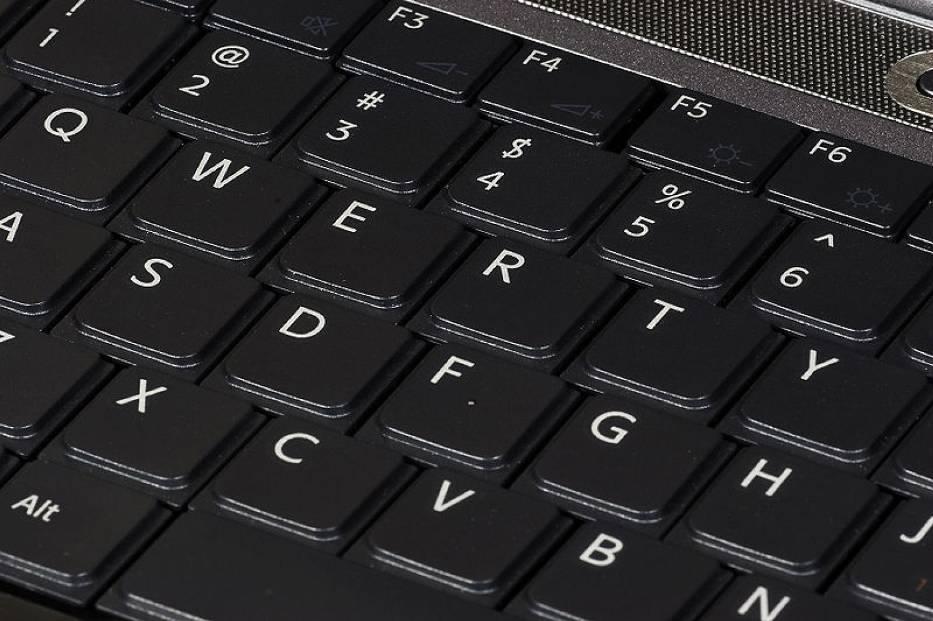 Naklejkę z hasłem i loginem na klawiaturze laptopa premiera zauważyli fotoreporterzy