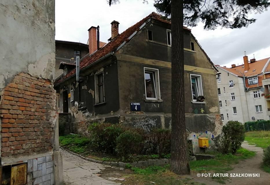 Dom przy ul. Marconiego 4 w Wałbrzychu, w którym mieszkał Andrzej Beja-Zaborski