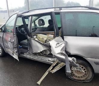 Groźnie na obwodnicy w Sławnie. Wypięła się przyczepka i uderzyła w auto ZDJĘCIA