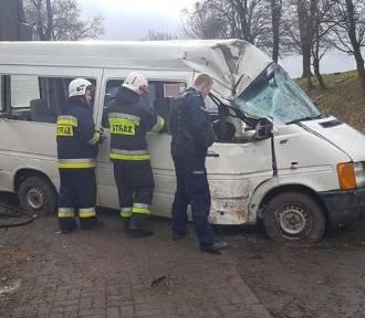 Bus z niepełnosprawnymi dziećmi uderzył w drzewo. Są ranni!