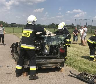 Samochód został zupełnie zniszczony. I to przez strażaków