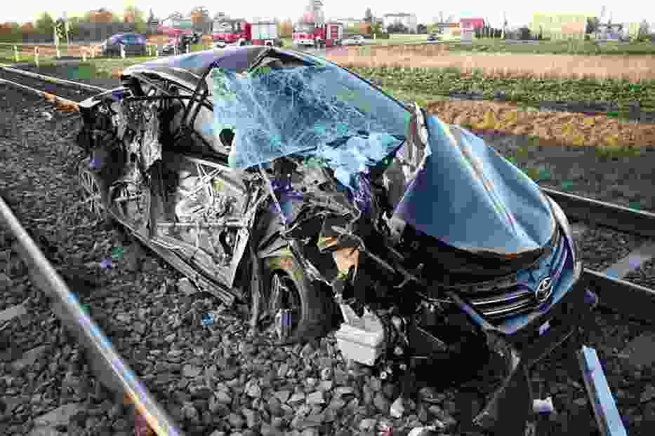 Toyota po zderzeniu z pociągiem nadaje się tylko na złom