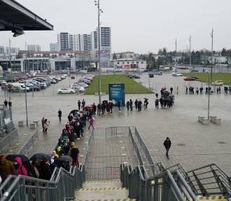 Stadion przy Bułgarskiej: Stoją w długiej kolejce, jeden przy drugim