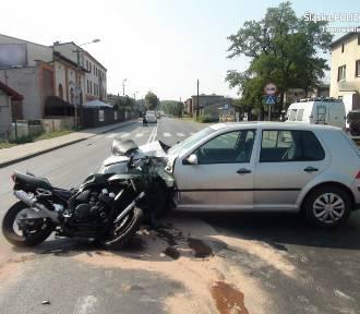 Motocykl zderzył się z osobówką, są ranni [ZDJĘCIA]