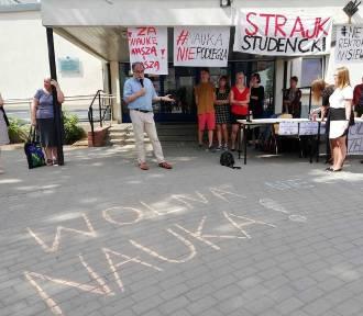 Protestujący na UG studenci proszą o wegański catering i ...gry