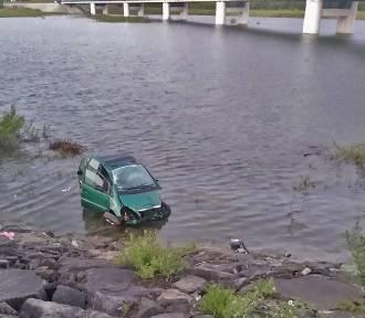 Pijany 18-latek wjechał mercedesem do Jeziora Mucharskiego. Jedna osoba ranna