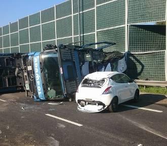 Wypadek ciężarówki na DK1. Na lawecie przewoziła samochod. A kierowca... [ZDJĘCIA]