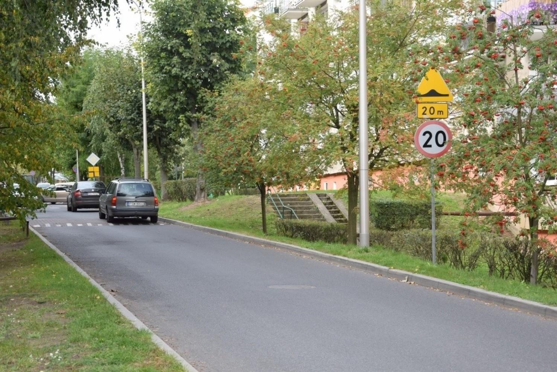 Mieczysław Głowacki przyznaje, że nie zdąża przejść przez jezdnię kiedy nadjeżdża samochód