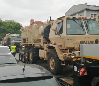 Amerykański wóz wojskowy uderzył w sygnalizator na Polnej