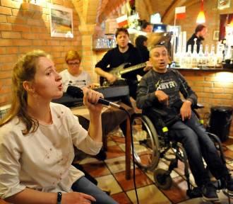 W kawiarni Saskia otwarto wystawę prac uczestników WTZ [ZDJĘCIA]
