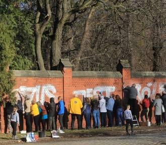"""Wrocławianie mówią """"nie"""" wandalom, którzy zniszczyli żydowski cmentarz (ZOBACZ ZDJĘCIA)"""