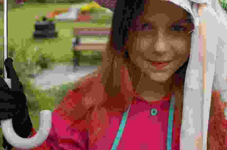 Dziewczynka w stroju pierwowzoru Nel Rwlison - Wandzi Ulanowskiej  z filmu W