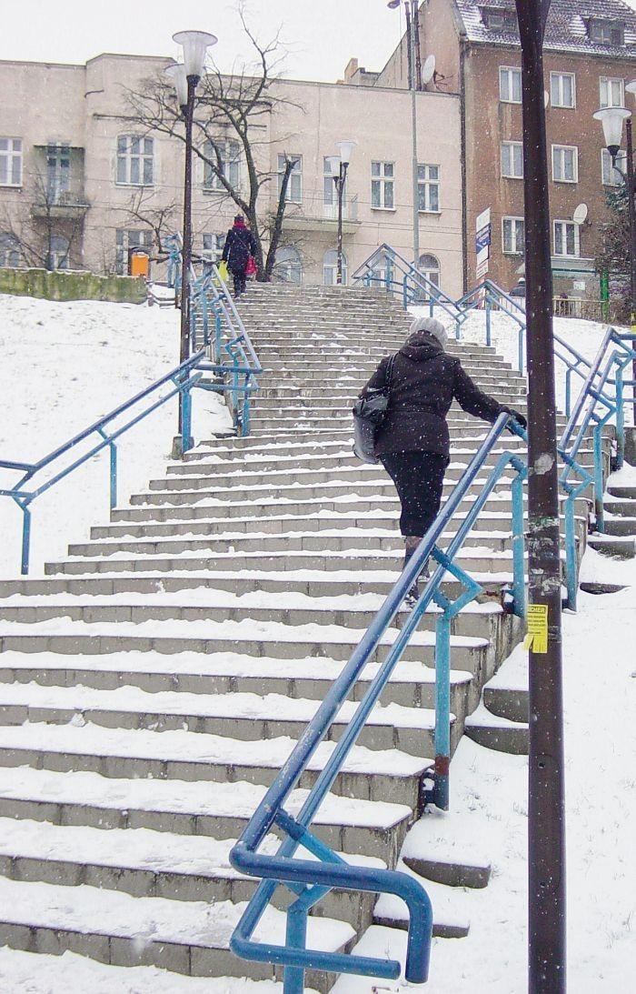 Mieszkańcy mają problem z utrzymaniem równowagi na wyremontowanych schodach między Górną i Dolną Wildą