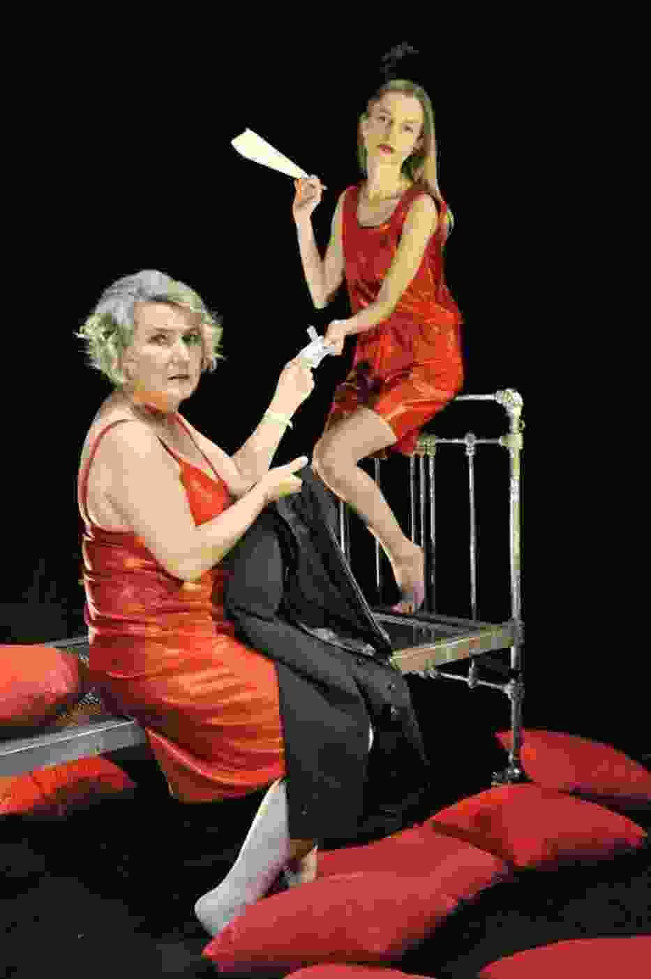 Iwona Pieniążek i Paula Godusławska w najnowszej premierze Teatru Powszechnego w Radomiu