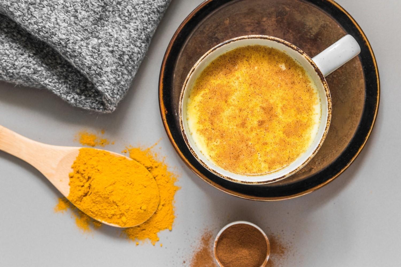 ZŁOTE MLEKOJest to jeden ze słynniejszych naparów leczniczych, oparty o mleko kokosowe, kurkumę i opcjonalnie inne przyprawy