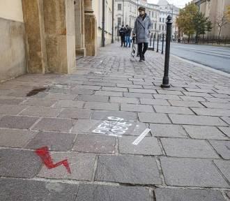 Przed krakowską kurią pojawiły się napisy przeciwników zakazu aborcji [ZDJĘCIA]