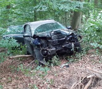 Rozbite auto w lesie w Szczecinku. Policja wyjaśnia co się stało