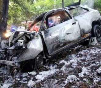 Pijany potrącił pieszych i rozbił się na drzewie. Samochód spłonął! [ZDJĘCIA]