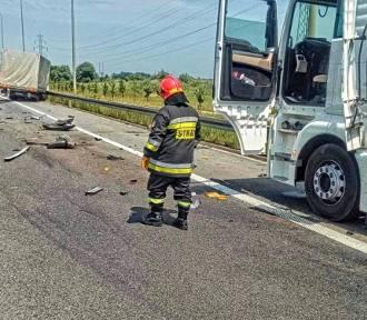Wypadek na S7 w Krakowie. Auto uderzyło w ciężarówkę