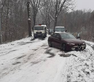Z powodu opadów śniegu droga do żarskich Kunic została zablokowana